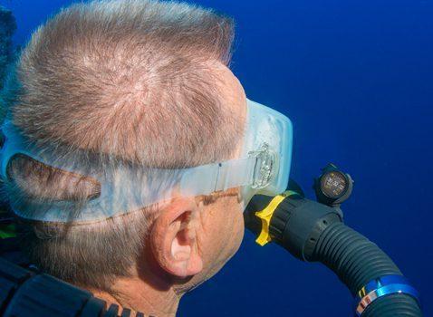 HUS écran affichage tête haute pile en face des yeux du plongeurs