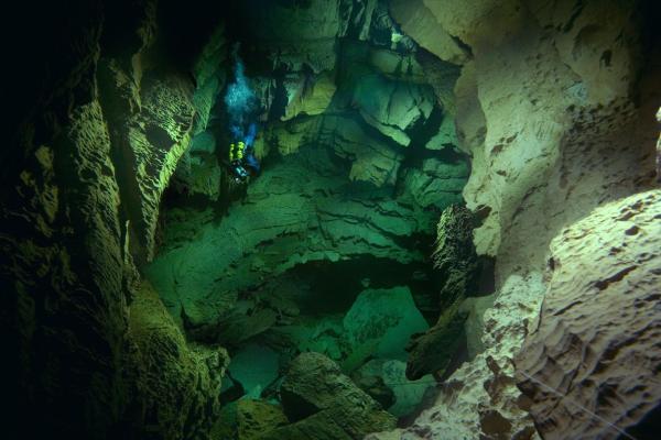 Plongée souterraine au puit 4 du Ressel dans le LOT