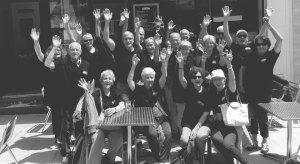 l'équipe et des clients heureuxLa Cabane du Breton Crêperie Restaurant à Arcachon