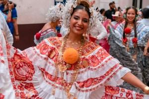 Desfile de indumentarias típicas – Pollera de gala