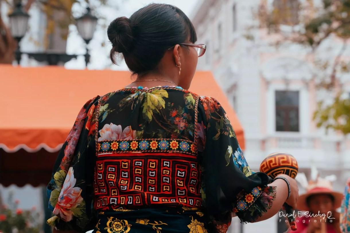 Mujer guna con su vestido tradicional de molas