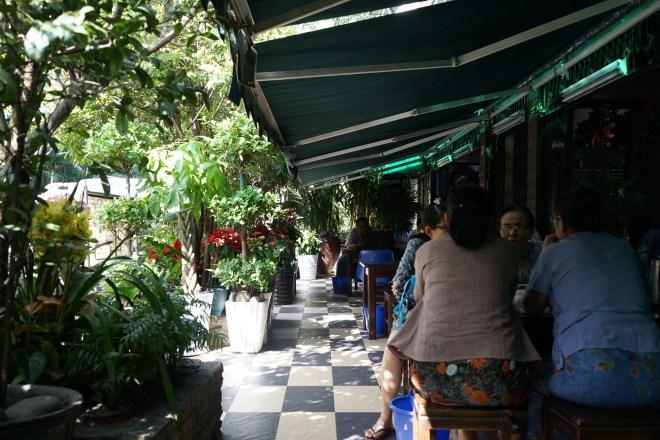 au pied de l'hôtel - Rangoun, Birmanie