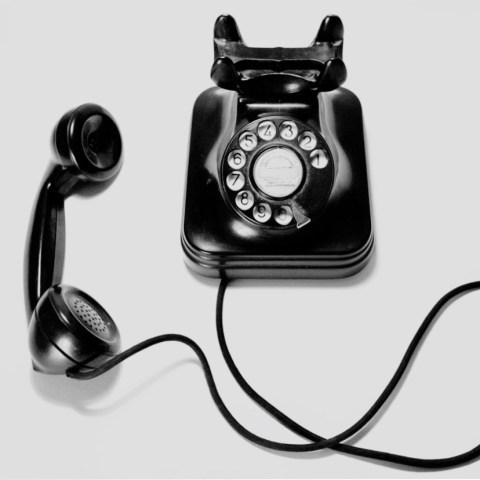 Telefonberatung - schwarzes Tischtelefon Hörer abgelegt
