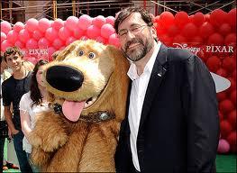 Bob Peterson con una mascota de Pixar