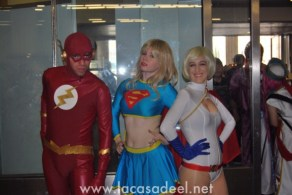 Cosplayers Flash Supergirl Power Girl Salón Cómic Barcelona