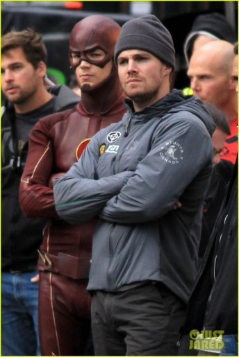 grant-gustin-stephen-amell-the-flash-arrow-crossover-05