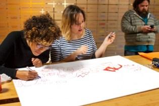Clara Soriano y Natacha Bustos bujando sus dedicatorias para Whakoom