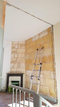 Démolition de la cloison séparant le salon de l'escalier