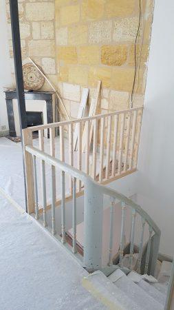 L'ouverture du salon sur le palier et l'escalier améliore le volume