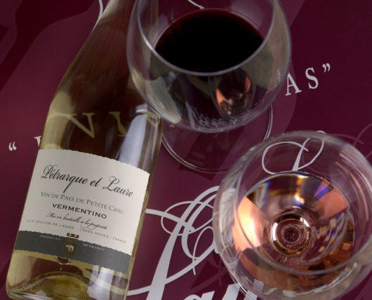Vin blanc Pétrarque et Laure et deux verres