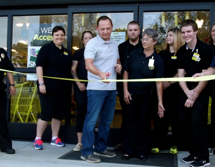Mayor John Riley cuts ribbon for Hector's new Dollar General store's grand opening. Photo by Lacey Keenan ©2016