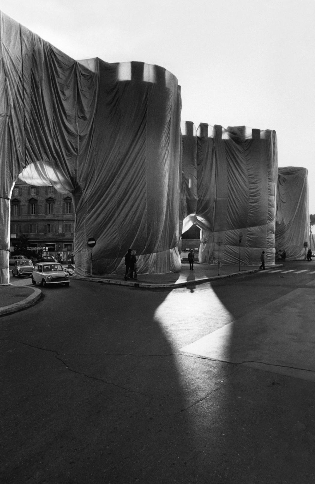 Christo and Jeanne-Claude  The Wall - Wrapped Roman Wall, Via Veneto and Villa Borghese, Rome, Italy, 1973-74  Photo: Vittorio Biffani/Archive Giuseppe Casetti  © 1974 Christo