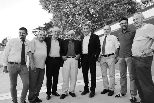 Juste avant le départ de Jan Fabre, ses amis posent pour l'AC Mag. Autour de Daniel Mangeas et d'Eddy Merckx, Henri Anglade, Raymond Poulidor, Jean-Christophe Péraud et Antonin Rolland. Deux commissaires de la FFC complètent le tableau.