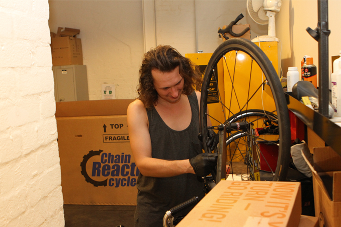 Matthaus s'occupe des vélos de tout le personnel : petites réparations et réglages at home !