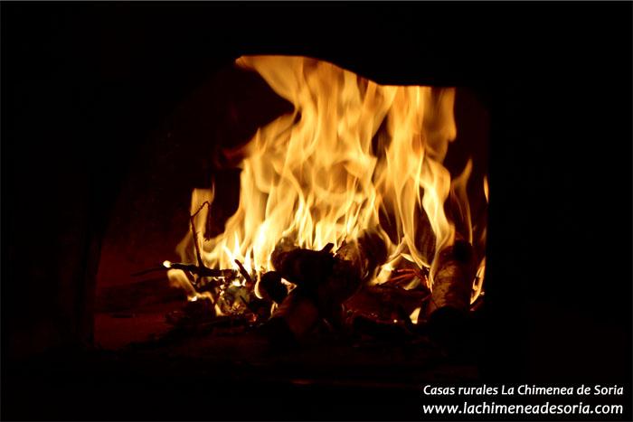 Fuego en una de las chimeneas de las Casas Rurales La Chimenea de Soria