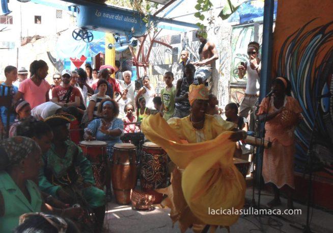 danze in costume nel callegon da hamel a L'Avana