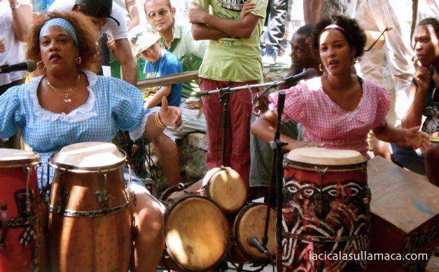 suonatrici di tamburi nel callegon da hamel a L'Avana