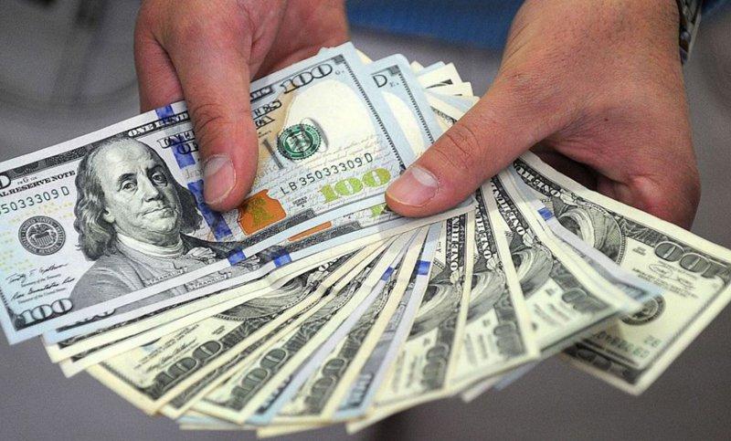 El gobierno estudia medidas para limitar la compra de dolares para sacarlos del País