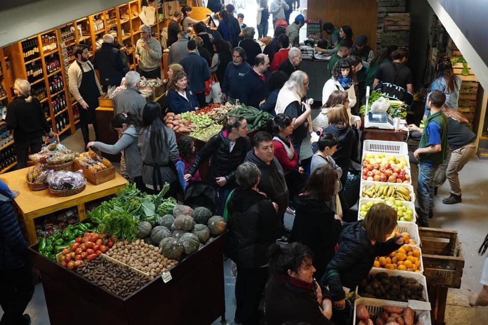 Alimentazo en Plaza de Mayo: verduras a $ 20, pan a $50 el Kg. y harina a $ 20