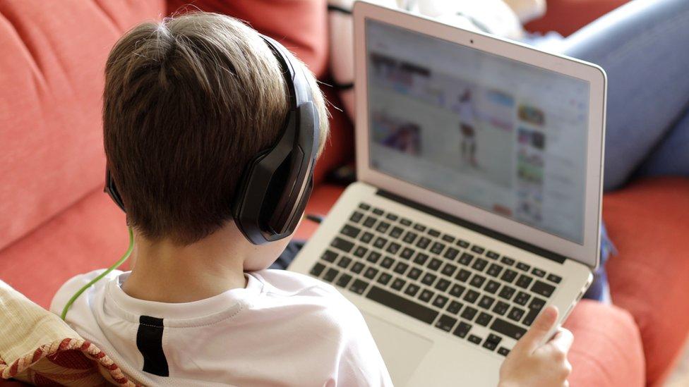 ¿Cómo afecta la sobre exposición digital a los niños?
