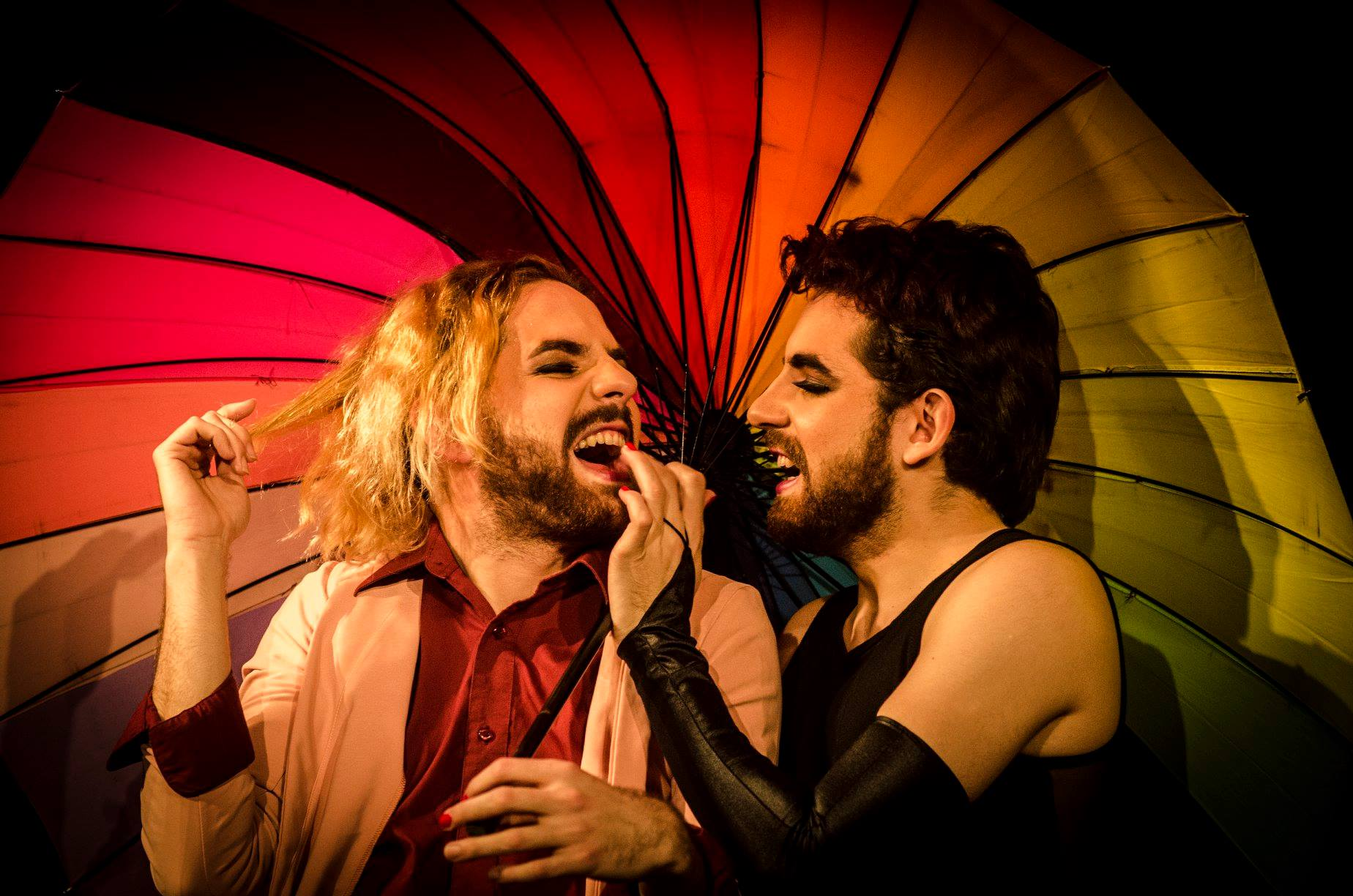 Tres conjuntos teatrales presentan en Hurlingham la varieté 'Dúos al borde'
