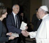 """Papa Francesco Riceve En Dono Una Copia Della Nuova Edizione En Lingua Francese De """"La Civiltà Cattolica"""""""