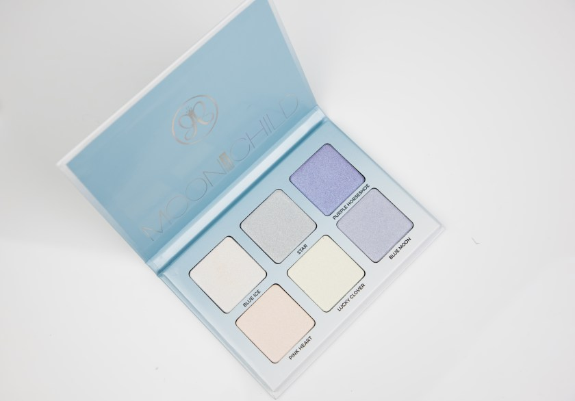 Anastasia Beverly Hills, ABH, Moonchild, Glowkit, Highlighter, Palette, Swatch, Swatches, Review, Erfahrung, Erfahrungen, Erfahrungsbericht, Highlight, blue, blau, lila, purple, purple horseshoe, star, lucky clover, blue moon, pink heart, blue ice, star