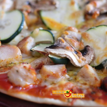 Pizza de pollo y verduras