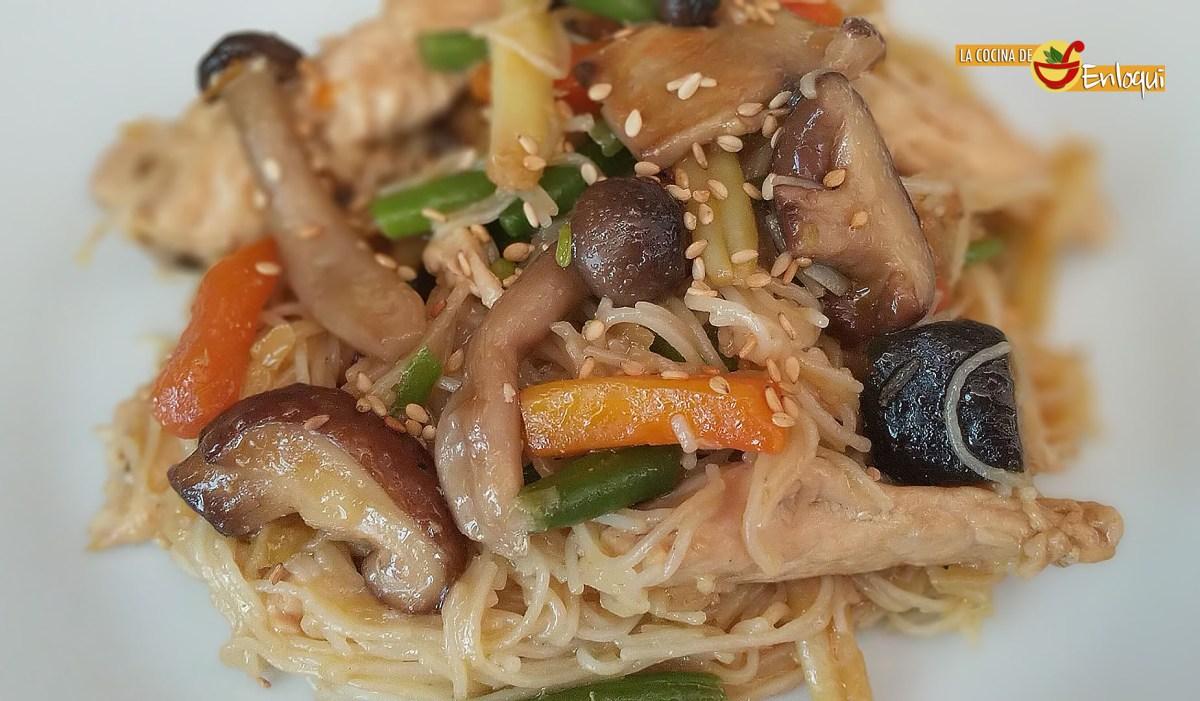 Fideos de arroz salteados con pollo y verdura