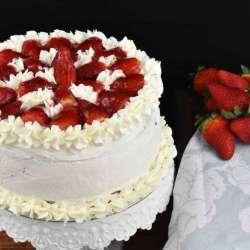 tarta de nata y fresas como en las pastelerías