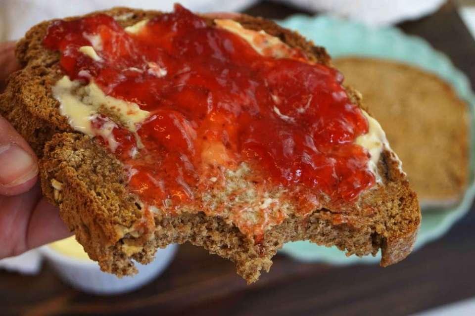 tostada de mermelada con pan de soda