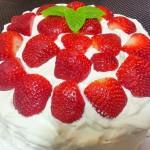 Bizcocho relleno con nata y fresas