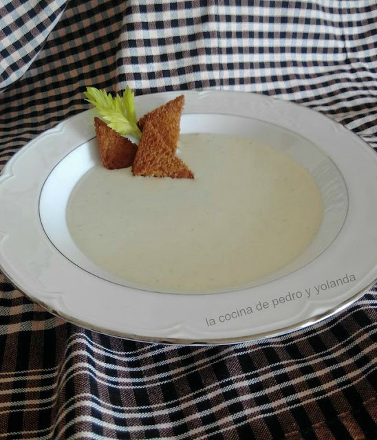 crema de apio con queso roquefort