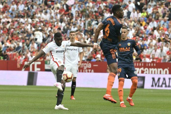 Amadou intenta hacerse con el control del esférico. Fuente: Sevilla FC