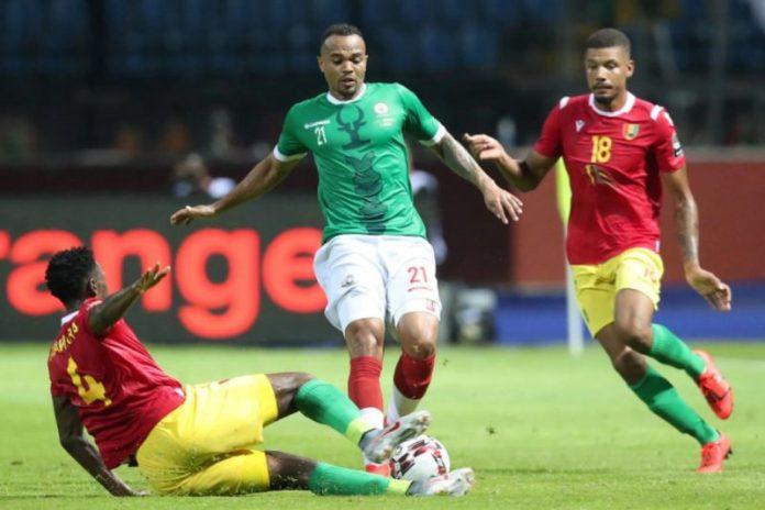 Amadou Diawara lucha por un balón en un encuentro de la Copa de África