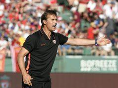 Lopetegui, dando instrucciones al equipo durante el partido de pretemporada ante el Liverpool en el Fenway Park de Boston   Imagen: Sevilla FC