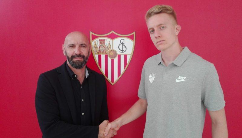 Pedro Chacón y Monchi escenifican la llegada a Nervión del jugador cordobés | Imagen: Sevilla FC