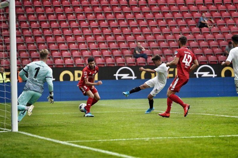 Pozo, en la acción que supuso el tanto ante el Mainz 05   Imagen: Sevilla FC