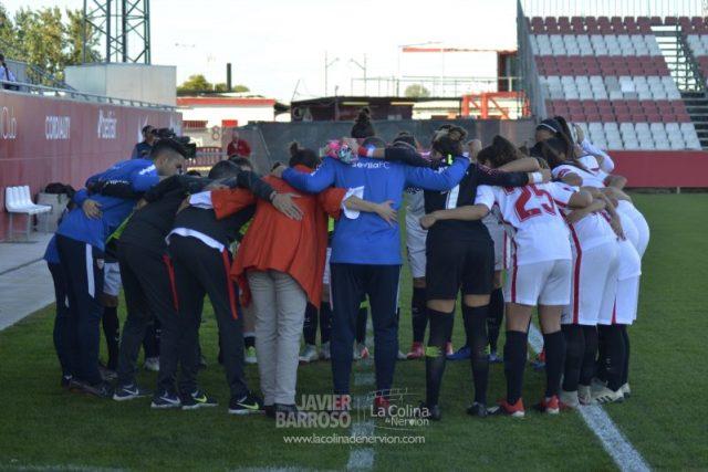 La plantilla del Sevilla FC Femenino, antes del encuentro ante el FC Barcelona   Imagen: Javier Barroso