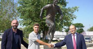 Pozo, junto a Monchi y Castro, delante de la estatua de Antonio Puerta en la Ciudad Deportiva   Imagen: Sevilla FC