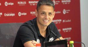 Chicharito, feliz durante su presentación con el Sevilla | Foto: Sevilla FC