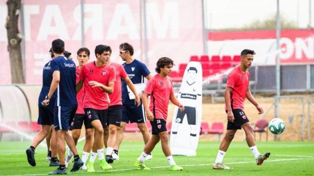 Carlos Álvarez, Juanlu y otros canteranos, entrenando con el Sevilla | Imagen: Sevilla FC