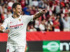 Chicharito, celebrando un gol del Sevilla frente al Apoel | Imagen: Sevilla FC