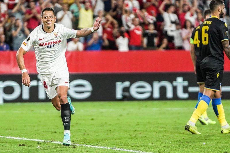 Chicharito en una jugada frente al Apoel | Imagen: Sevilla FC