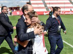 Pepe Castro y Olga Carmona, abrazados tras la goleada del Femenino al Espanyol | Imagen: Javi Barroso - La Colina de Nervión