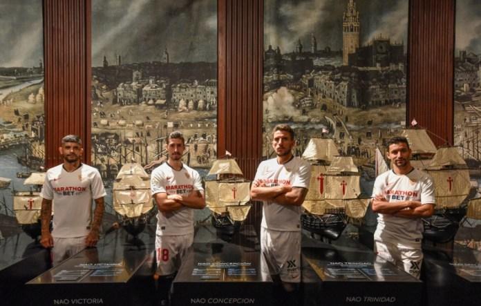 Banega, Escudero, Carriço y Navas, posando en el Archivo de Indias para la foto oficial del Sevilla 19/20   Imagen: Sevilla FC