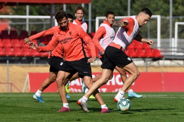 Ocampos, De Jong, Chicharito, Banega y el Mudo Vázquez, durante un entrenamiento del Sevilla | Imagen: Sevilla FC