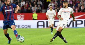 Banega toca el balón en el Sevilla-Levante | Imagen: Sevilla FC