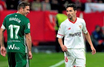Joaquín (Betis) y Navas (Sevilla FC) se cruzan durante el derbi I Foto: Kiko Hurtado