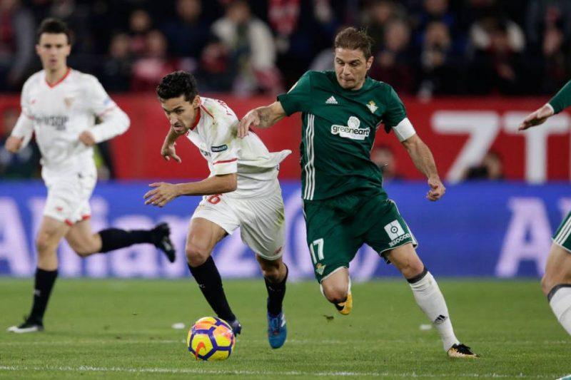 Joaquín y Navas pugnan por la pelota en el Derbi sevillano. | Fuente: El País
